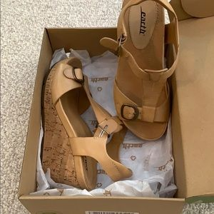 NIB Earth wedge sandals